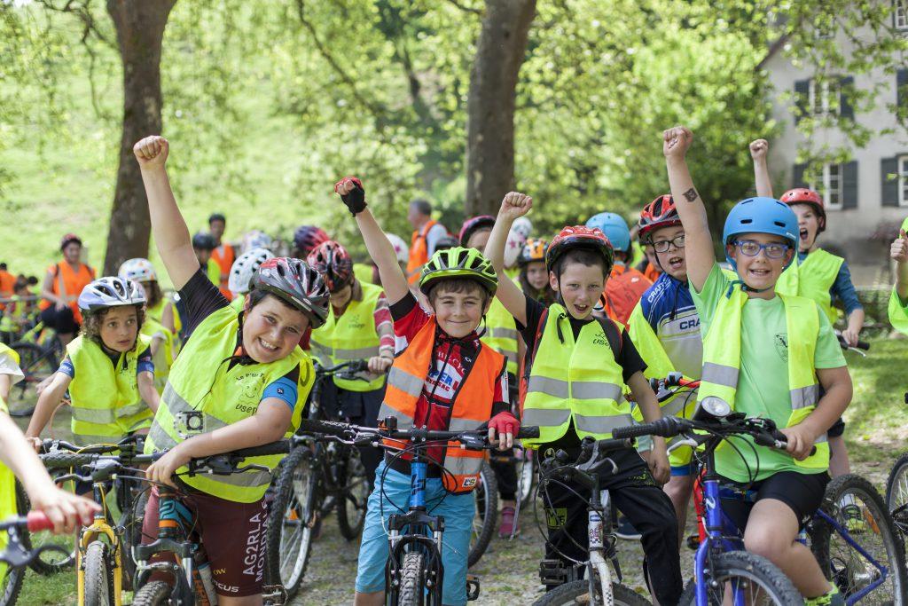 Groupe d'enfant à vélo, levant le poing